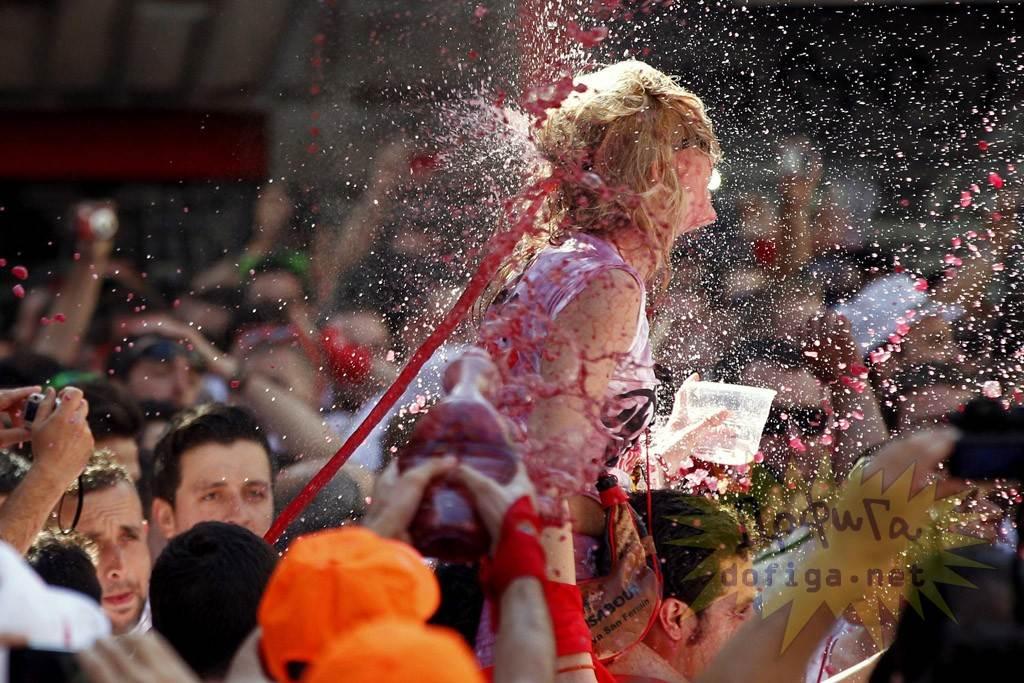 【外人】スペイン3大祭りで男も女もテンション上げまくりでおっぱいポロリしまくるポルノ画像 11151