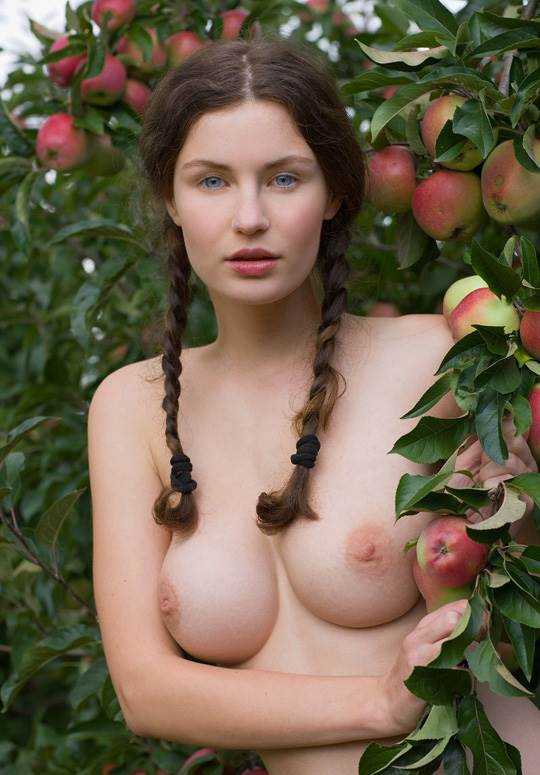 【外人】ドイツ人スーザン(Susann)がりんごやラベンダーと戯れる野外露出のフルヌードポルノ画像 11158