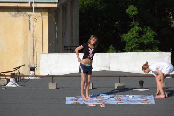 【外人】屋上で日光浴中を盗撮されて気が付きブチ切れるロシアン素人の露出ポルノ画像 11172