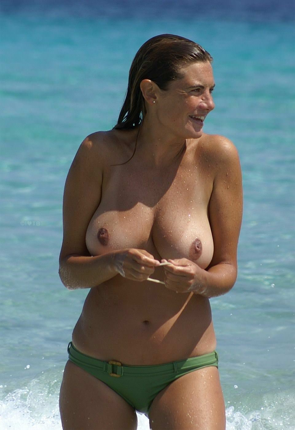 【外人】ヌーディストビーチにいたスライム系巨乳おっぱいたちの隠し撮りポルノ画像 11271