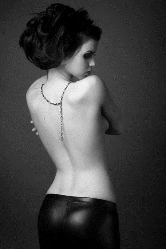 【外人】巨乳おっぱいを隠して美し背中を晒す美女のポルノ画像 1200