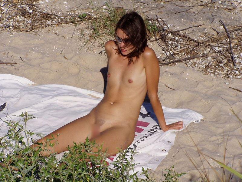 【外人】ヌーディストビーチで髪金の姉ちゃん盗撮し放題な露出エロ画像 1207