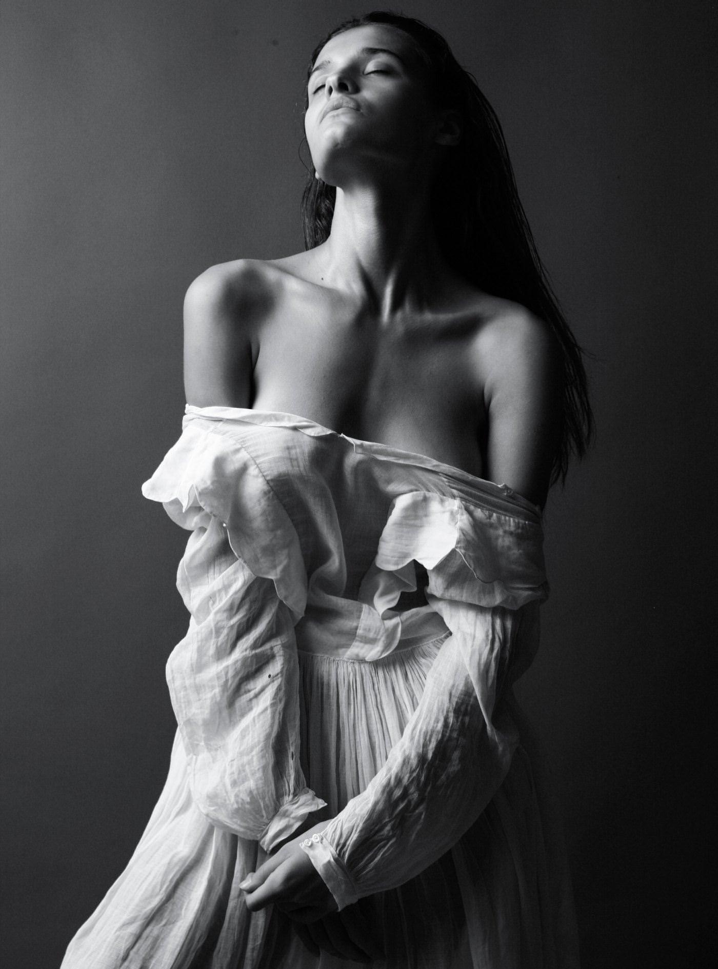 【外人】リサ・ソトニコブ(Lisa Sotnikov)が醸し出す妖艶なセミヌードポルノ画像 12180