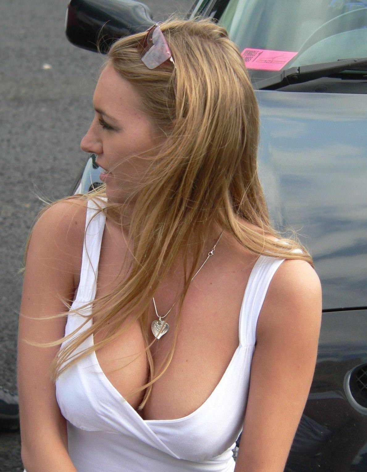【外人】海外の素人娘たちの胸チラを激写した街撮りポルノ画像 12187
