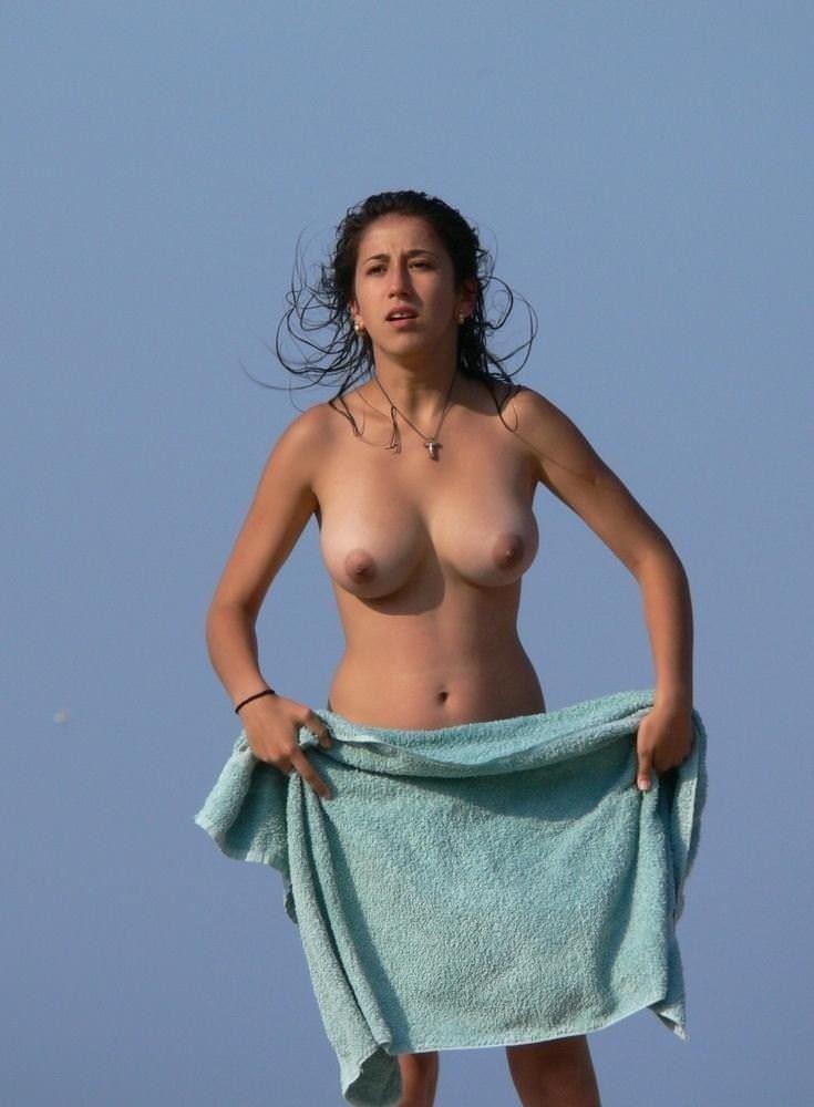 【外人】ヌーディストビーチで爆乳おっぱい全開な素人の金髪お姉さんのポルノ画像 12205