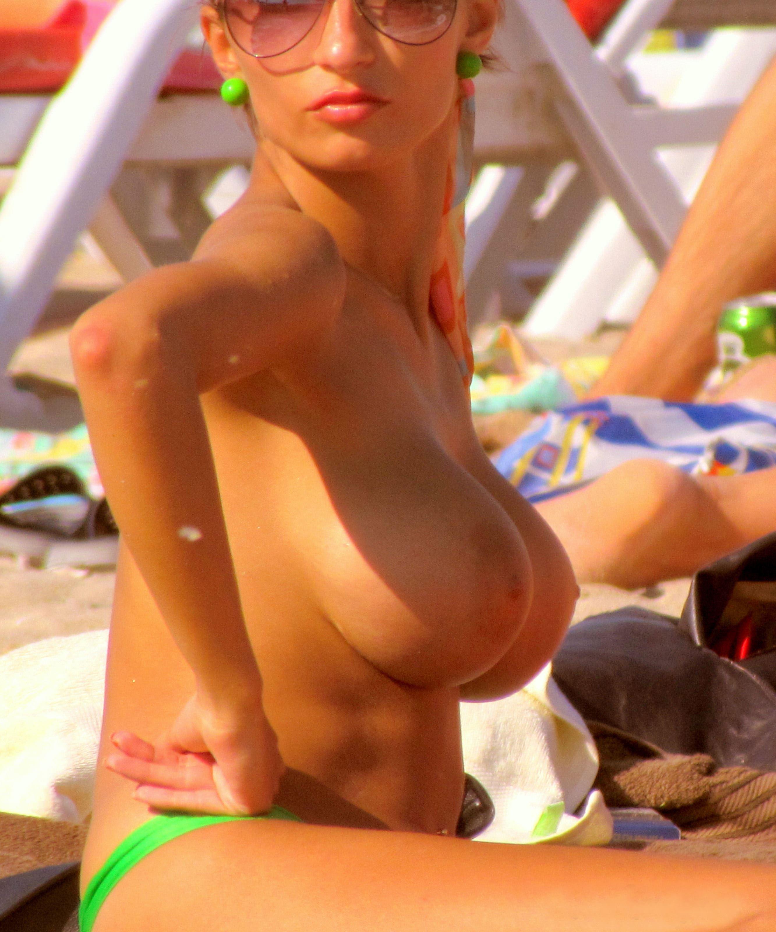 【外人】ヌーディストビーチにいたスライム系巨乳おっぱいたちの隠し撮りポルノ画像 12241