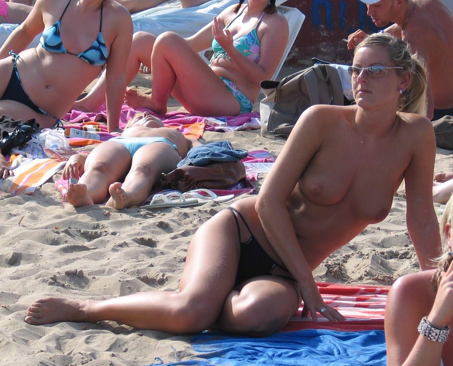 【外人】ヌーディストビーチで髪金の姉ちゃん盗撮し放題な露出エロ画像 1265
