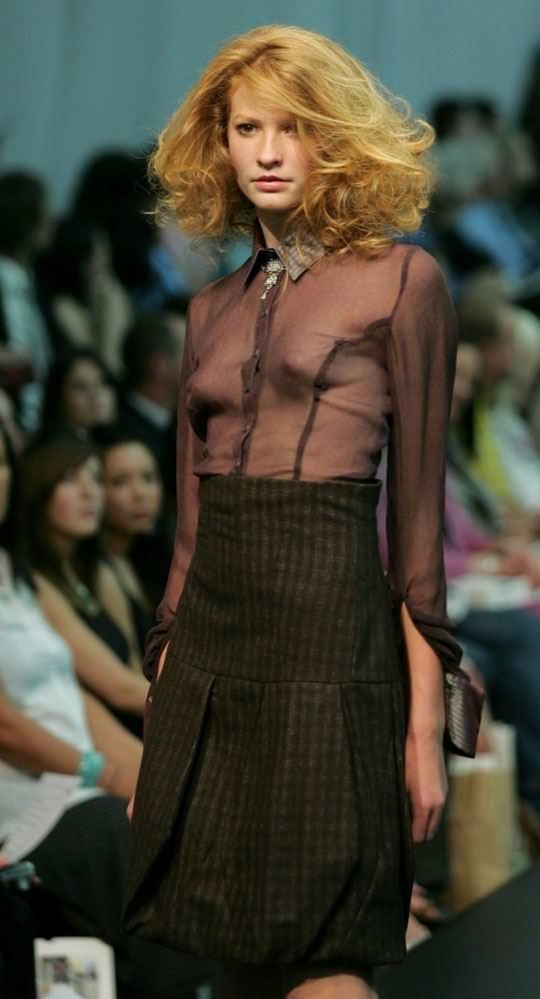 【外人】スーパーモデル達がファッションショーで美乳乳首を晒してるポルノ画像 1268