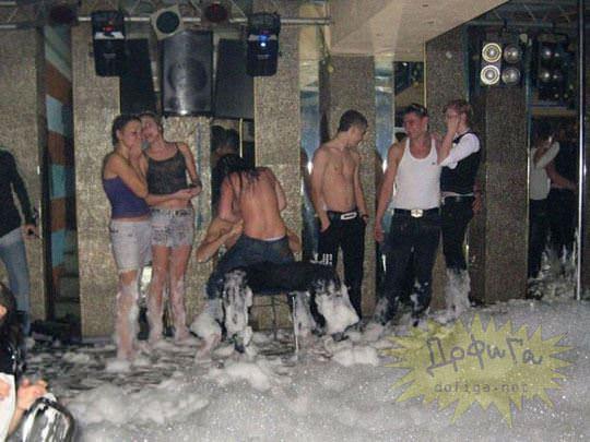【外人】ウクライナの学生がクラブで全裸になって乱交寸前のポルノ画像 1306