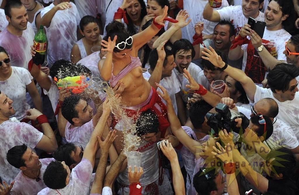 【外人】スペイン3大祭りで男も女もテンション上げまくりでおっぱいポロリしまくるポルノ画像 13109
