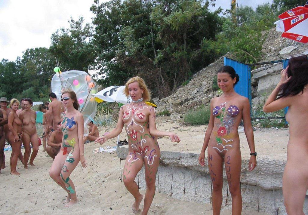 【外人】みんな当たり前のように裸で外をうろつく露出お祭りのポルノ画像 13206