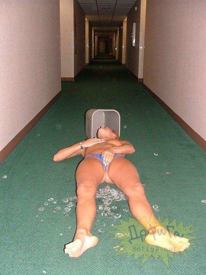 【外人】酔った勢いで服を脱いで友達とエッチなおふざけしてる素人ポルノ画像 13222