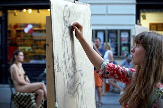 【外人】街中でヌードデッサンのモデルになってるお姉さんが美女な露出ポルノ画像 1352