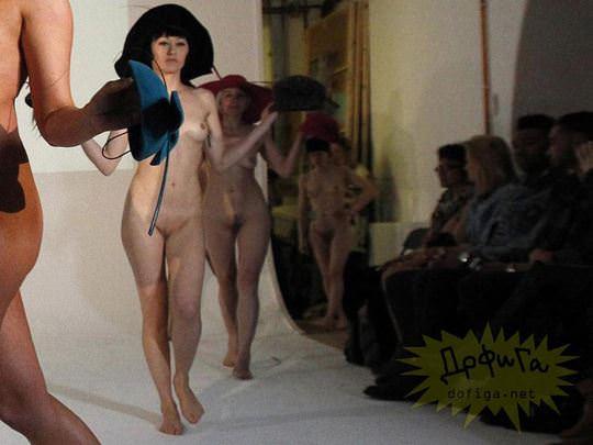 【外人】全裸に帽子だけの人妻モデルのファッションショーのポルノ画像 1403