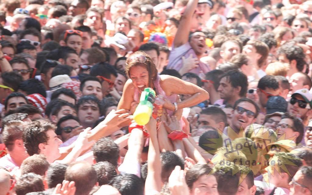 【外人】スペイン3大祭りで男も女もテンション上げまくりでおっぱいポロリしまくるポルノ画像 14101
