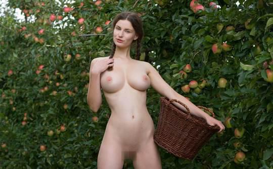 【外人】ドイツ人スーザン(Susann)がりんごやラベンダーと戯れる野外露出のフルヌードポルノ画像 14108