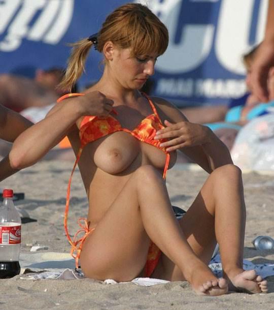 【外人】ヌーディストビーチでおっぱい出してる素人娘は可愛い子が多いポルノ画像 14132