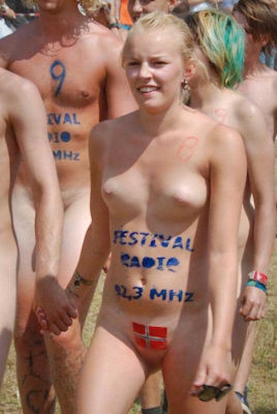 【外人】みんな当たり前のように裸で外をうろつく露出お祭りのポルノ画像 14196