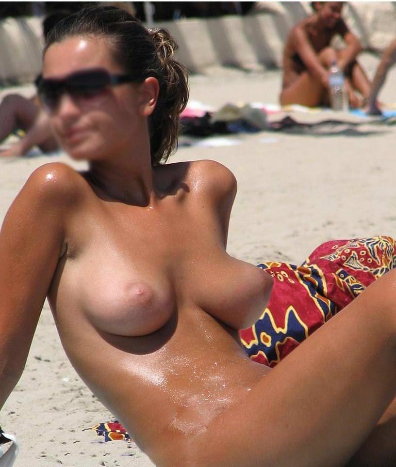 【外人】ヌーディストビーチにいたスライム系巨乳おっぱいたちの隠し撮りポルノ画像 14213