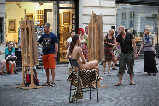 【外人】街中でヌードデッサンのモデルになってるお姉さんが美女な露出ポルノ画像 1451