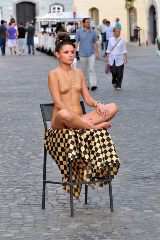 【外人】街中でヌードデッサンのモデルになってるお姉さんが美女な露出ポルノ画像 1550