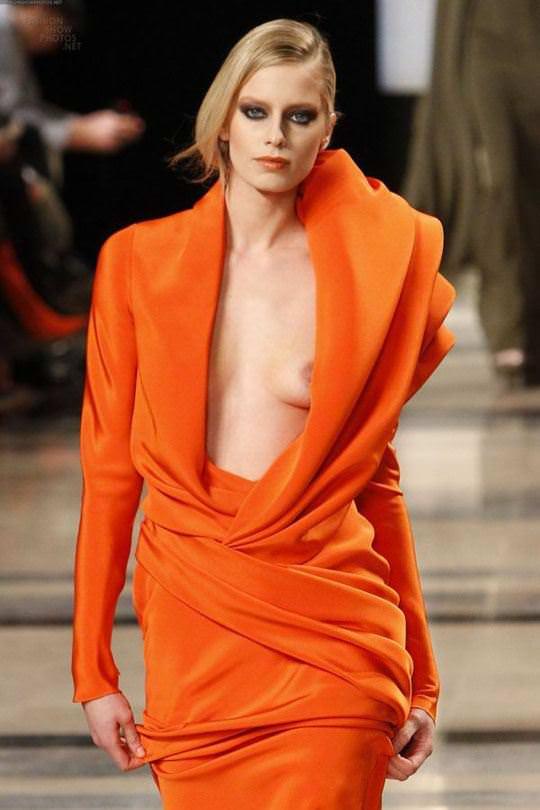 【外人】スーパーモデル達がファッションショーで美乳乳首を晒してるポルノ画像 1564