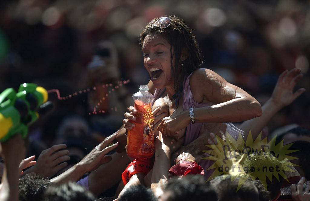【外人】スペイン3大祭りで男も女もテンション上げまくりでおっぱいポロリしまくるポルノ画像 1598