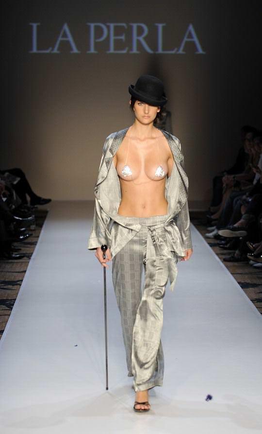 【外人】乳首を見せることがファッションショーのコツと言わんばかりのポルノ画像 1609