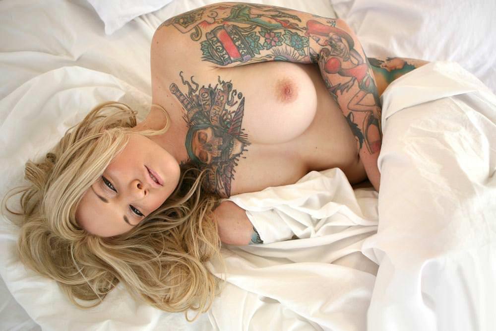 【外人】白人美女の真っ白な体に掘られたタトゥーが美しいポルノ画像 16206