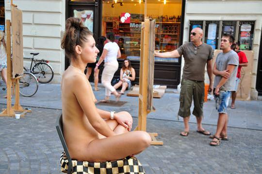 【外人】街中でヌードデッサンのモデルになってるお姉さんが美女な露出ポルノ画像 1647