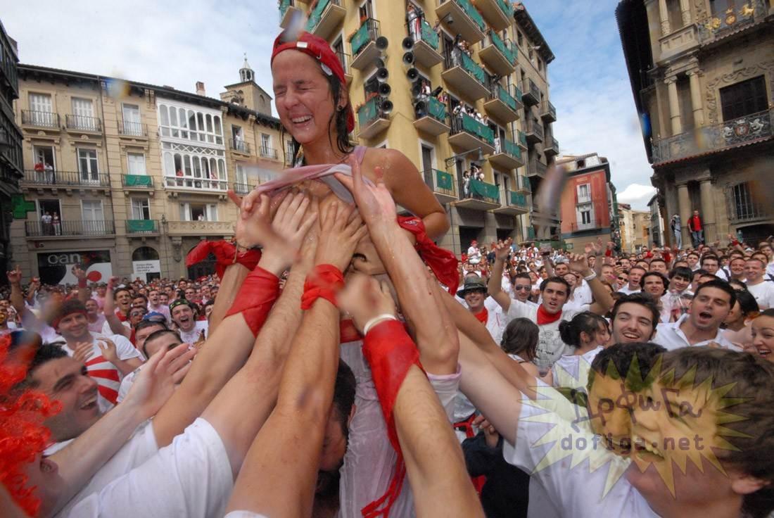 【外人】スペイン3大祭りで男も女もテンション上げまくりでおっぱいポロリしまくるポルノ画像 1694