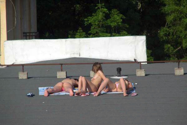 【外人】屋上で日光浴中を盗撮されて気が付きブチ切れるロシアン素人の露出ポルノ画像 1705
