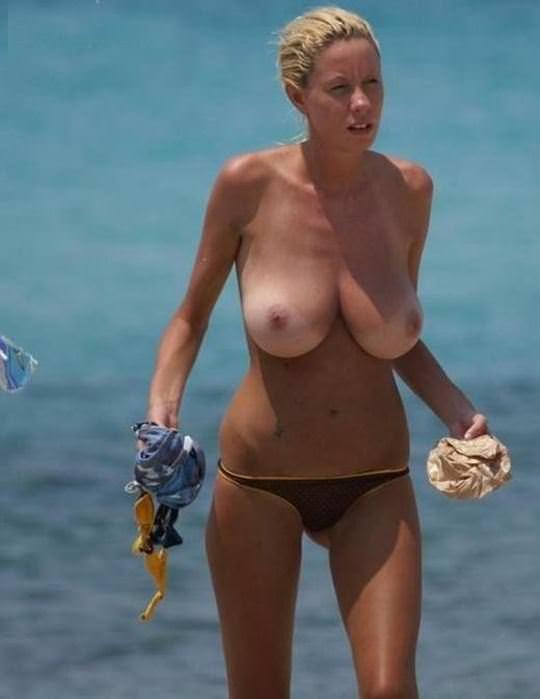 【外人】ヌーディストビーチで爆乳おっぱい全開な素人の金髪お姉さんのポルノ画像 17157