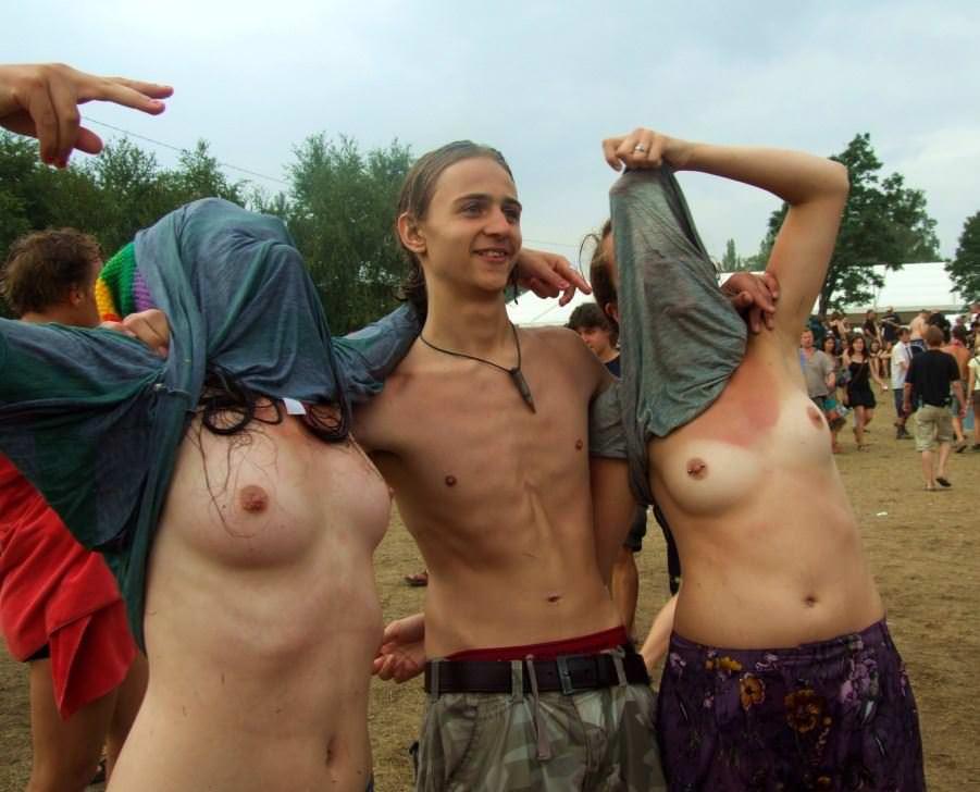 【外人】みんな当たり前のように裸で外をうろつく露出お祭りのポルノ画像 17172