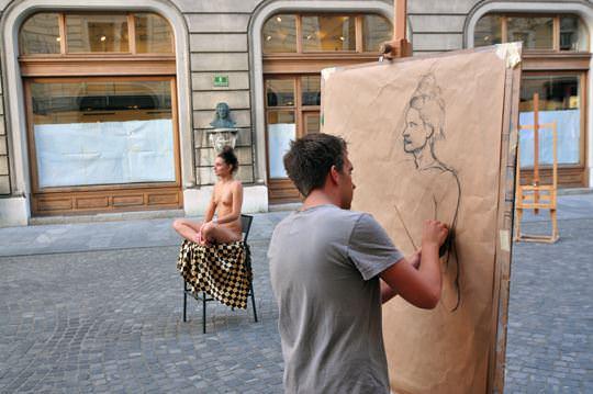 【外人】街中でヌードデッサンのモデルになってるお姉さんが美女な露出ポルノ画像 1743