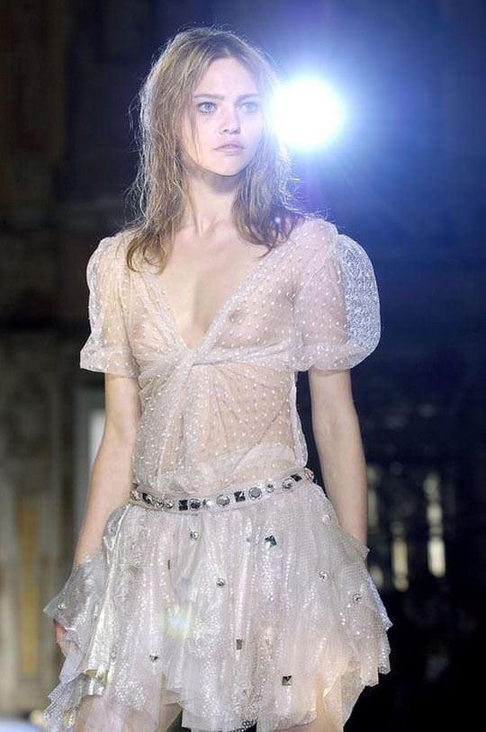 【外人】スーパーモデル達がファッションショーで美乳乳首を晒してるポルノ画像 1757