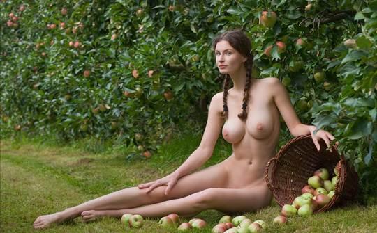 【外人】ドイツ人スーザン(Susann)がりんごやラベンダーと戯れる野外露出のフルヌードポルノ画像 1794