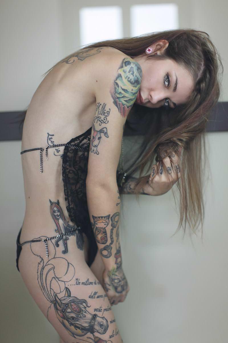 【外人】白人美女の真っ白な体に掘られたタトゥーが美しいポルノ画像 18187