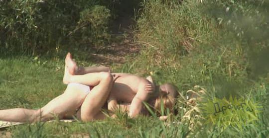 【外人】素人カップルが自然の中で青姦セクロスしてる盗撮ポルノ画像 1840