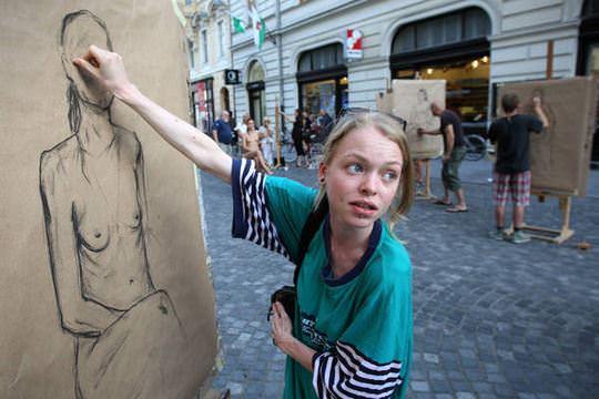 【外人】街中でヌードデッサンのモデルになってるお姉さんが美女な露出ポルノ画像 1841