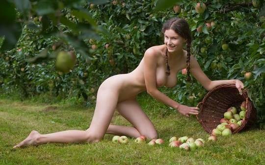 【外人】ドイツ人スーザン(Susann)がりんごやラベンダーと戯れる野外露出のフルヌードポルノ画像 1890