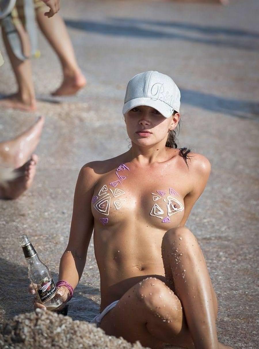 【外人】股間がフルボッキで辛すぎるヌーディストビーチの美少女たちのポルノ画像 19143