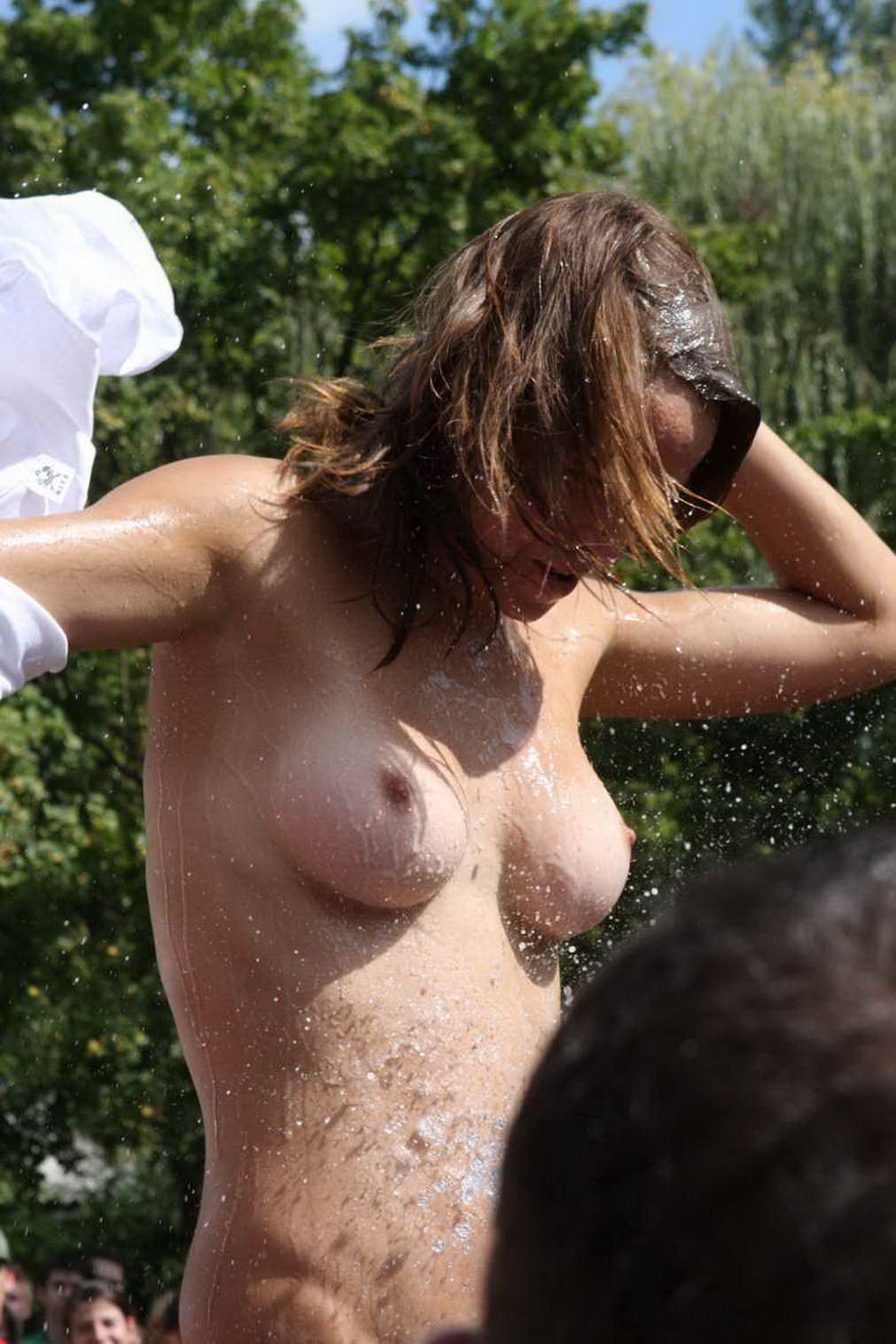 【外人】濡れTシャツフェスティバルで学生たちのおっぱいビショビショなポルノ画像 19159