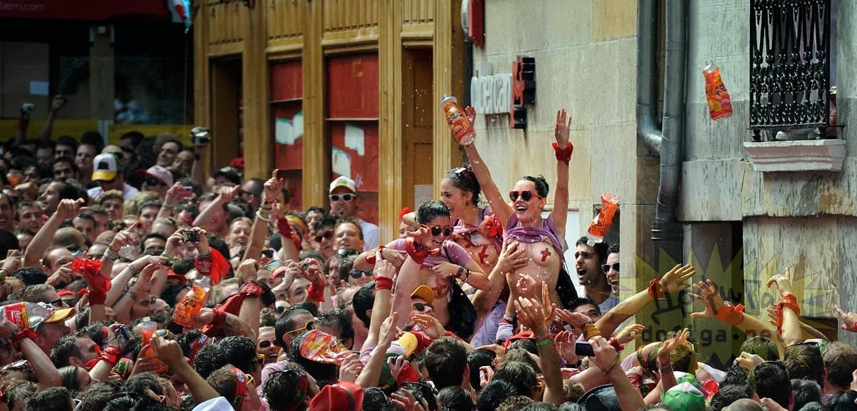 【外人】スペイン3大祭りで男も女もテンション上げまくりでおっぱいポロリしまくるポルノ画像 1980