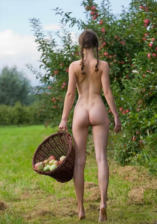 【外人】ドイツ人スーザン(Susann)がりんごやラベンダーと戯れる野外露出のフルヌードポルノ画像 1986