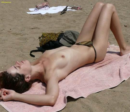【外人】ヌーディストビーチでおっぱい出してる素人娘は可愛い子が多いポルノ画像 20101