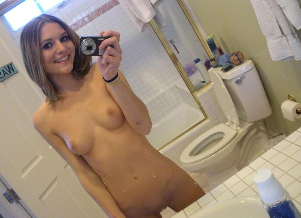 【外人】エッチな気分になって自分の裸を自画撮りしてネット配信する素人娘のポルノ画像 20105