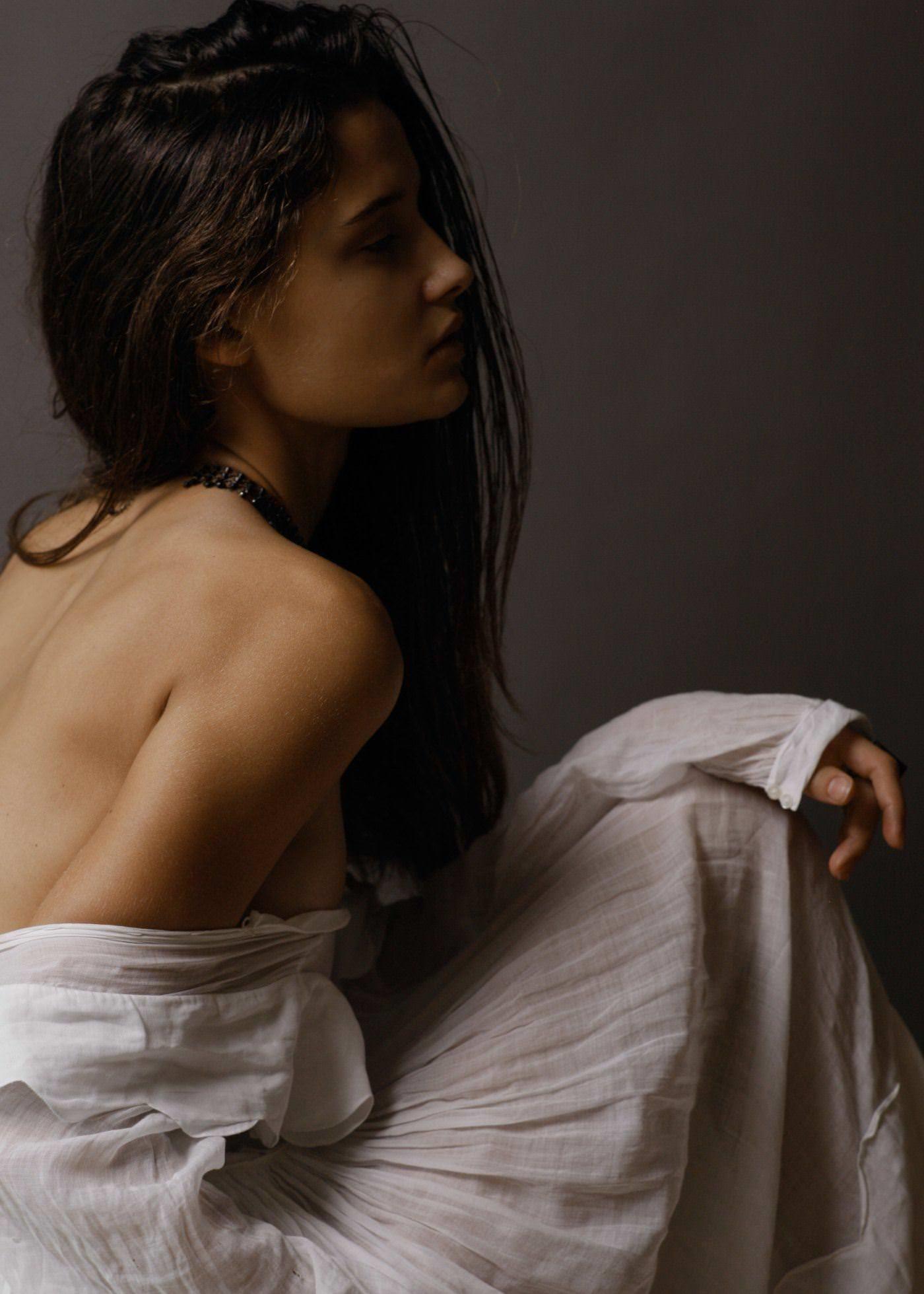 【外人】リサ・ソトニコブ(Lisa Sotnikov)が醸し出す妖艶なセミヌードポルノ画像 20121