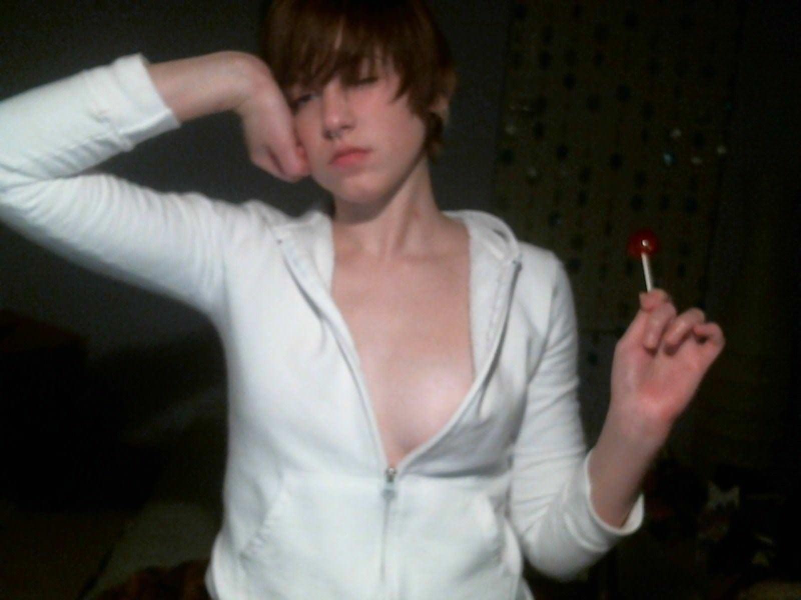 【外人】飴と全裸でアナル全開ネット公開してるボーイッシュなロシア人素人娘のポルノ画像 20122