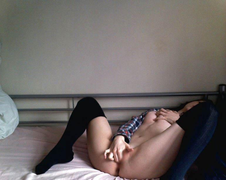 【外人】シンガポールのバイセクシャル女がパイパンまんこをオナニーしてガチ逝きしてるポルノ画像 20133